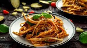 Η Pasta alla Norma είναι ένα κλασικό πιάτο ζυμαρικού που προέρχεται από την πόλη της Κατάνια της Σικελίας