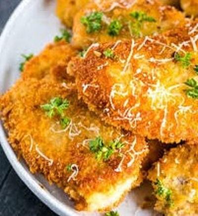 Μια δημοφιλής παραλλαγή γίνεται με το χοιρινό αντί του μοσχαρίσιου κρέατος, επειδή το χοιρινό είναι ασφαλώς φθηνότερο από το μοσχάρι (συνήθως περίπου η μισή τιμή)