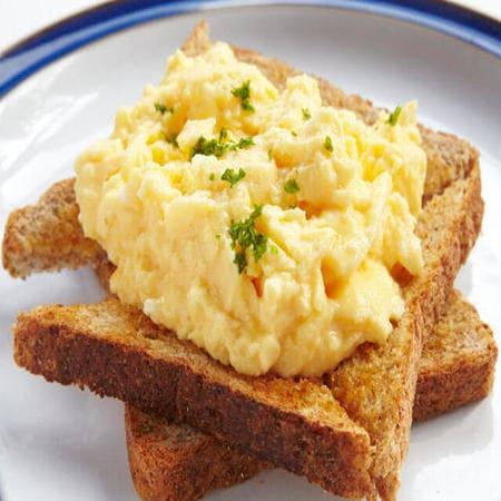 Αυγά σκραμπλ (scrambled eggs)