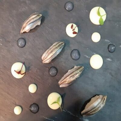 Στην θέση του γαύρου , ασφαλώς , μπορείτε να τοποθετήσετε οποιοδήποτε άλλο μαριναρισμένο ψαράκι θέλετε όπως μπαρμπούνια, σαρδέλες, λαυράκι κα