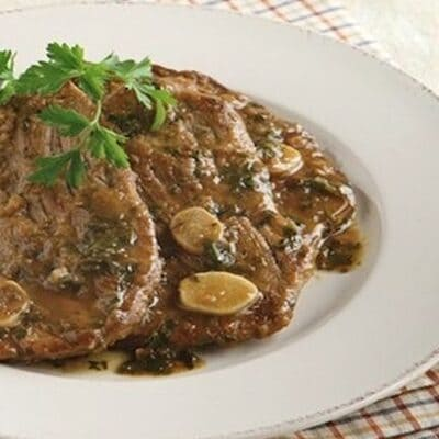 Σερβίρεται ζεστό με ρύζι ή πατάτες τηγανητές (η αγαπημένη μας version) και λευκό κρασί.