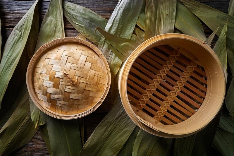 Bamboo steamer για μαγείρεμα στον ατμό. Τοποθετείτε πάνω από την κατσαρόλα με το νερό που βράζει.
