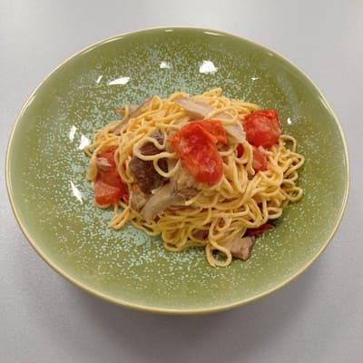 Σπαγγέτι με μανιτάρια, ντοματίνια και κρέμα γάλακτος