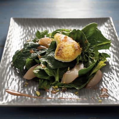Σαλάτα σπανάκι με κατσικίσιο τυρί και dressing βαλσάμικο